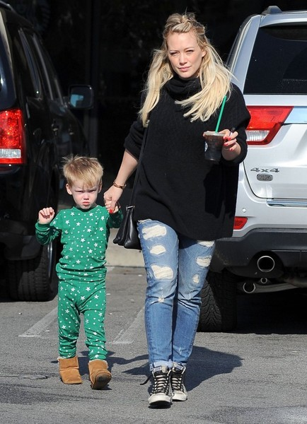 Hilary Duff & Son Luca Stop By Starbucks []