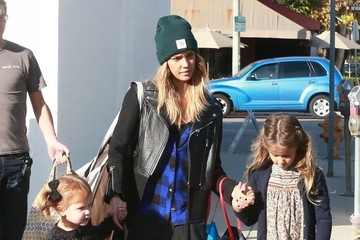 Honor Warren Jessica Alba Takes Her Daughters Shopping