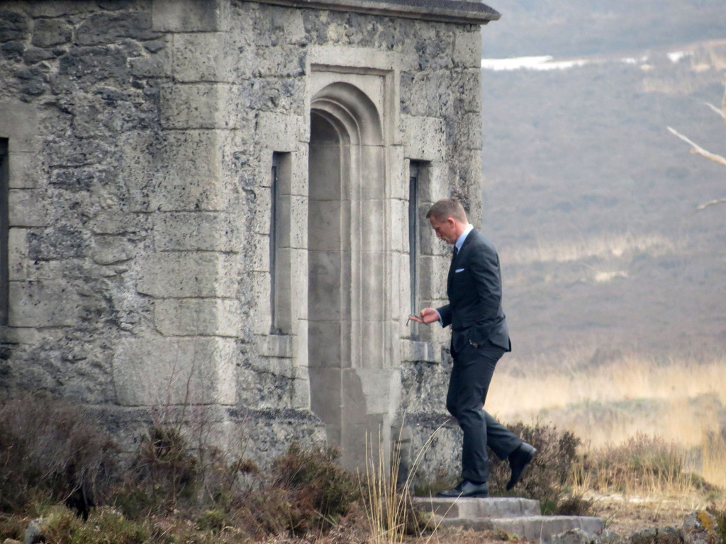 Daniel Craig Photos Photos - James Bond 'Skyfall' Lodge ...