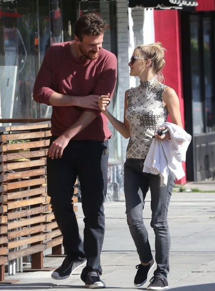 Jason Segel Out with His Girlfriend - Zimbio