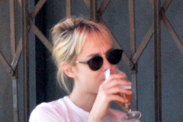 Jena Malone Jena Malone Enjoys a Beer with Lunch