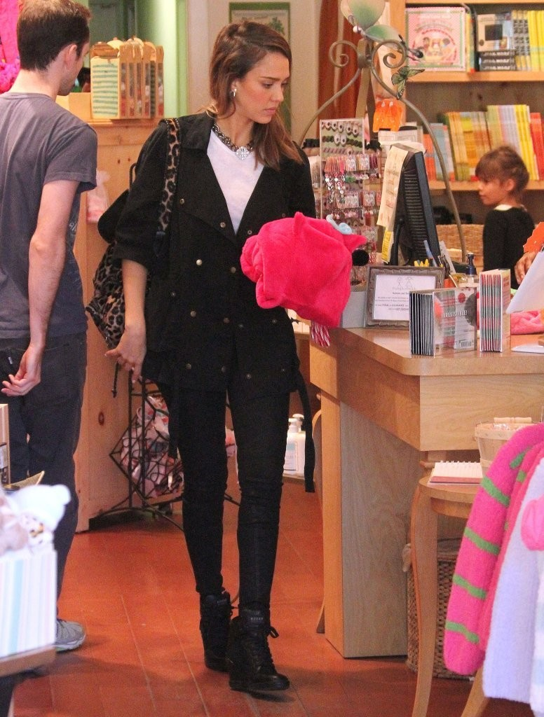 Jessica Alba Shops with Her Daughter