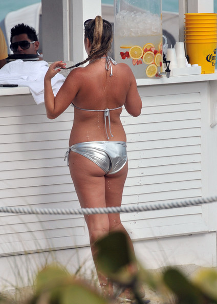 Josie+Goldberg+Josie+Goldberg+Shows+Off+Curvaceous+BN9CK3AzLCEl ... her personal paparazzi, cooled down today with a cup of water in Miami.