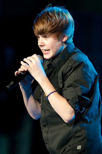justin bieber on the beach. Justin Bieber performs live at