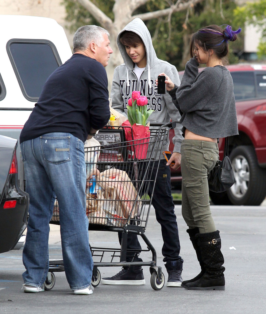 selena gomez photos justin bieber and selena gomez grocery shopping 10905 of 15560 zimbio. Black Bedroom Furniture Sets. Home Design Ideas