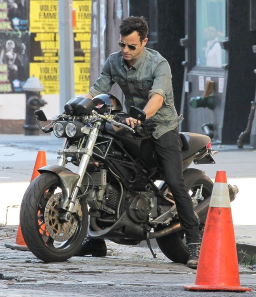 Justin Theroux - Justin Theroux Riding His Motorcycle In New York