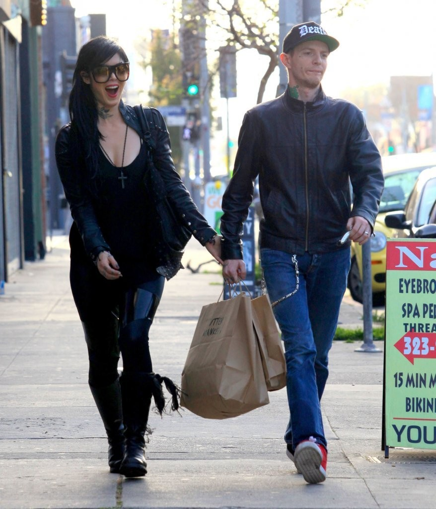 who is deadmau5 dating 2013 I would like to anyone of you try to come up with the beats he does did you know that the difference between skrillex and deadmau5 is skrillex steals other peoples music he dose not do.