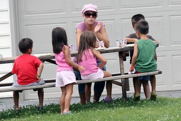 Leah Gosselin Alexis Gosselin Kate Gosselin Having Lunch With Her Sextuplets