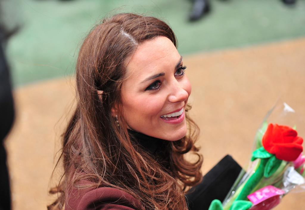 Kate Middleton Photos Photos   Kate Middleton Spreads Valentineu0027s Day Cheer  At Childrenu0027s Hospital   Zimbio