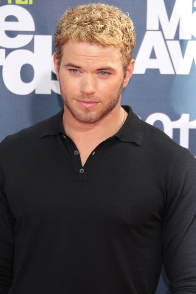 http://www3.pictures.zimbio.com/fp/Kellan+Lutz+2011+MTV+Movie+Awards+Arrivals+P-owq4ufd5Ml.jpg