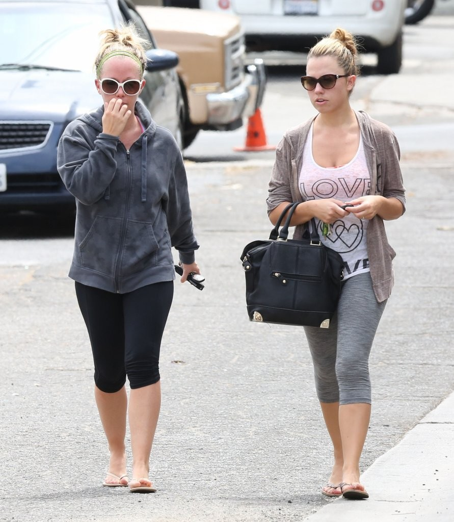 Kendra Wilkinson Lunches with a Friend - Zimbio