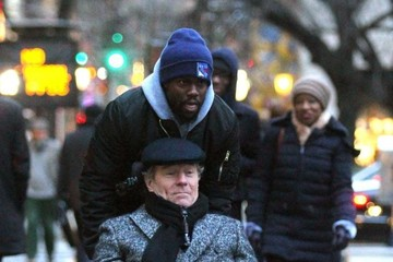 Kevin Hart Bryan Cranston And Kevin Hart On The Set Of 'Untouchable'