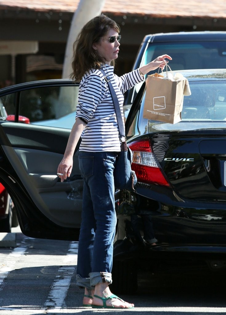 Lara Flynn Boyle Photos Photos - Lara Flynn Boyle Goes Shopping with ... c8d10eebf9f7