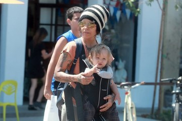 Linda Perry Rhodes Gilbert Perry Linda Perry Takes A Stroll With Her Son