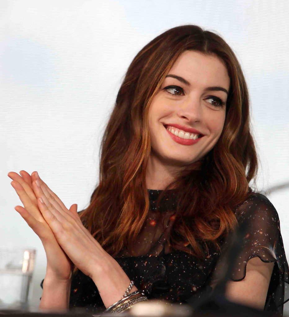 Anne Hathaway Relationship: Anne Hathaway In 'Love & Other Drugs' Photocall In Sydney