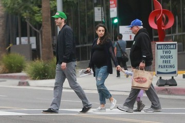Mark Kunis Mila Kunis, Ashton Kutcher, and Daughter Wyatt Kutcher Grab Breakfast