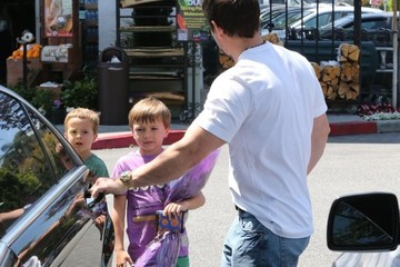 Mark Wahlberg Michael Wahlberg Mark Wahlberg Buys Flowers With His Kids