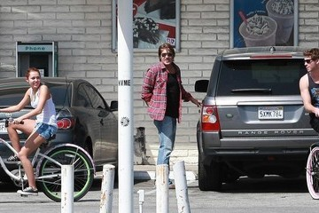 Billy Ray Cyrus Miley Cyrus And Liam Hemsworth Riding Their Bikes In Toluca Lake