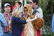 Stars from the hit show 'Modern Family' continue to film their Halloween episode in Los Angeles, California on September 19, 2014. Actress Sarah Hyland took a break from shooting to play with some puppies on set!<br /> Pictured:  Julie Bowen, Nolan Gould, Steve Zahn, Sarah Hyland