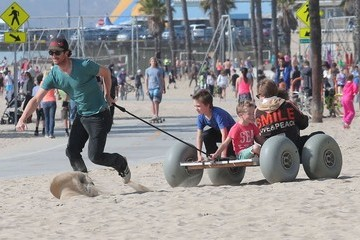 Oliver Hudson Goldie Hawn & Kurt Russell Spend The Day With Their Grandkids On The Beach In Santa Monica