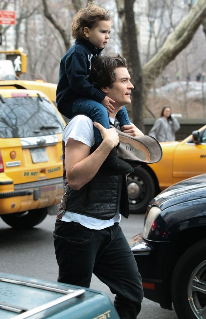 Orlando Bloom gives his son Flynn a ride on his shoulders