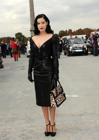 Dita Von Teese Paris+Fashion+Week+Dior+Spring+2010+Arrivals+44q1j1i-iDal