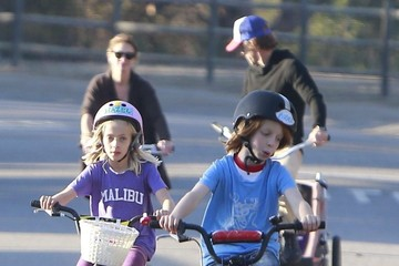Phinnaeus Moder Julia Roberts Bikes with Her Family