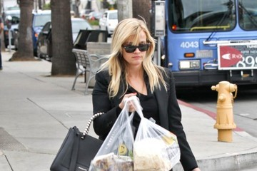Reese Witherspoon Reese Witherspoon Does a Little Christmas Shopping