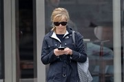 Reese Witherspoon Goes Christmas Shopping