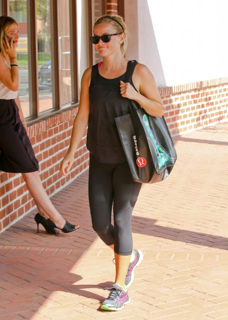 702daa4b1e427 Confessions of a Lululemon Addict  Spotted! Reese Witherspoon ...