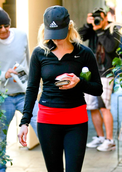 Reese Witherspoon Getting A Juice At Pressed Juicery []