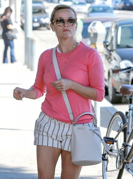 Reese Witherspoon Stops By A Skin Care Clinic