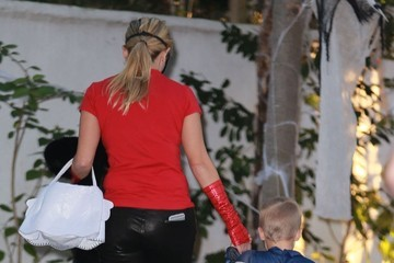 Reese Witherspoon Tennessee Toth Reese Witherspoon and Her Family Go out Trick-or-Treating