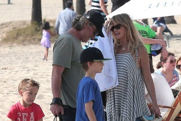 Ryder Robinson Goldie Hawn & Kurt Russell Spend The Day With Their Grandkids On The Beach In Santa Monica