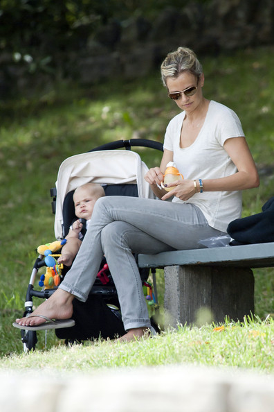 Sarah Murdoch Spends Time With Her Mother & Daughter
