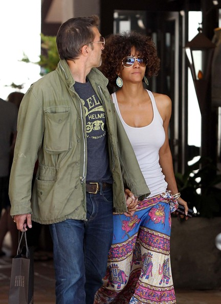Sexy older couple Halle Berry and Olivier Martinez held hands while doing a ...