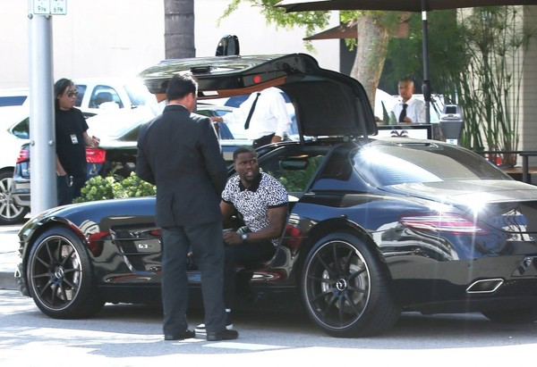 Kevin Hart in Mercedes-Benz SLS
