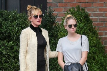 Stella Banderas Melanie Griffith and Daughter Stella Waiting For a Cab