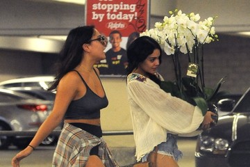 Stella Hudgens Vanessa & Stella Hudgens Stop to Visit Their Dad in the Hospital