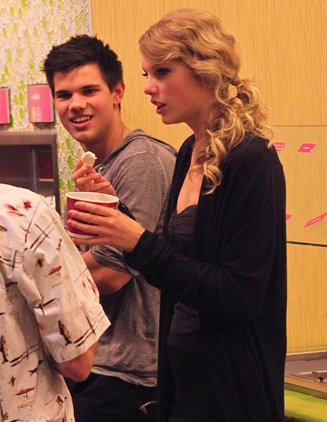 http://www3.pictures.zimbio.com/fp/Taylor+Swift+Taylor+Lautner+Getting+Ice+Cream+XJVd206z1tFl.jpg