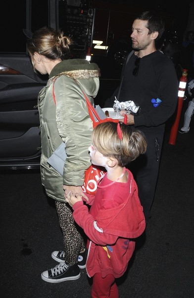 Tobey Maguire And Family Enjoy Halloween In Los Angeles []