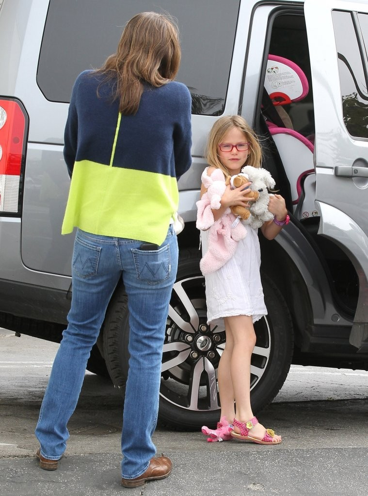 Violet Affleck - Jennifer Garner Shops With Her Daughter