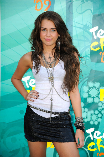 Singer Miley Cyrus arrives at the 2009 Teen Choice Awards held at Gibson Amphitheatre on August 9, 2009 in Universal City, California.