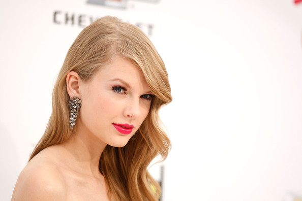Celeb GOSSIP » Taylor Swift Postpones Concert for the First Time in Her Career