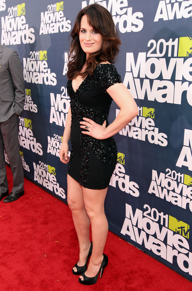 Actress Elizabeth Reaser arrives at the 2011 MTV Movie Awards at Universal Studios' Gibson Amphitheatre on June 5, 2011 in Universal City, California.
