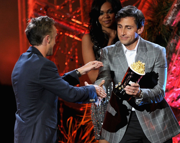 Actor Tom Felton (L) accepts the Best Villain award from actor Steve Carell onstage during the 2011 MTV Movie Awards at Universal Studios' Gibson Amphitheatre on June 5, 2011 in Universal City, California.