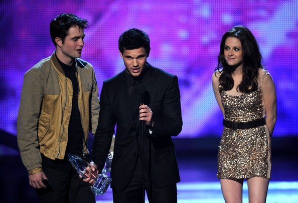 "(L-R) Actor Robert Pattinson, actress Kristen Stewart, and actor Taylor Lautner accept the Favorite Movie Award for ""The Twilight Saga: Eclipse"" onstage during the 2011 People's Choice Awards at Nokia Theatre L.A. Live on January 5, 2011 in Los Angeles, California."