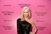 Model Karlie Kloss attends the 2017 Victoria's Secret Fashion Show In Shanghai After Party at Mercedes-Benz Arena on November 20, 2017 in Shanghai, China.