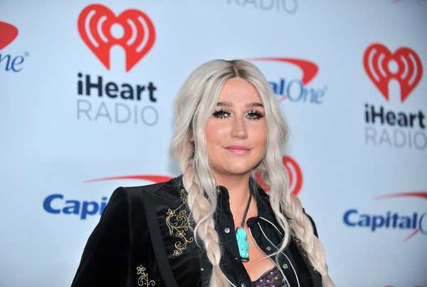 Ke$ha Is A Goth Hippie At The iHeartRadio Pool Party | CocoPerez.com