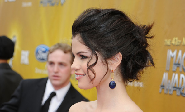 selena gomez red carpet hair